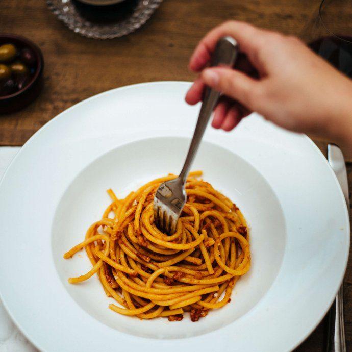 The Taste Edit twirls pasta all'amatriciana a traditional Roman pasta